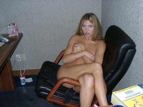 Голая в офисе частное фото