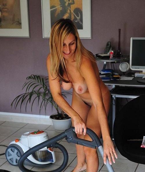 Madura amateur pasa la aspiradora al desnudo