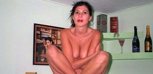 Morena amateur desnuda sobre su cama
