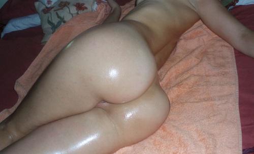 Más fotos amateur de la chica del culo aceitado