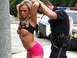 Se aprovecha de una prostituta preciosa
