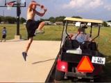Salta un carrito de golf y ...